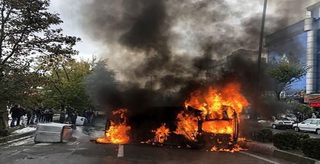 مسدود کردن خیابان با سوزاندن وسایل نقلیه عمومی