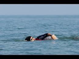 بانوی شناگر ایرانی - الهام اصغری که با دست بسته رکورد گینس می زند